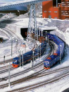 Die IORE-Doppellok zieht die schweren Erzzüge über die legendäre Erzbahn. Die Aufnahme zeigt die Bahnhofseinfahrt von Kiruna.