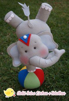 Elefante equilibrista e sua bola.    ATENÇÃO:Pode-se trocar a cor do elefante e seus acessórios.  Se no momento da compra não for informado a cor que deseja,enviaremos a peça em sua cor original,o cinza!    Medidas aproximadas*