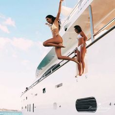 Jumping from a yacht into some crystal clear water? My kind of life goals! Best Friend Pictures, Bff Pictures, Friend Photos, Travel Pictures, Lake Pictures, Shotting Photo, Summer Goals, Summer Aesthetic, Jolie Photo