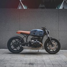 The cult English workshop Auto Fabrica has just released its tenth build, an impossibly minimalist BMW RT. Bmw Cafe Racer, Cafe Racers, Cafe Racer Girl, Custom Motorcycle Shop, Motorcycle Design, Motorcycle Style, Biker Style, Classic Motorcycle, Motorcycle Quotes