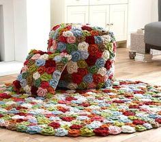 Вязаный крючком цветочный комплект: пуф, коврик, подушка