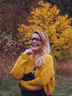 Yellow sweater, jeans, autumn outfit, ootd, fashion, moda, minions, lookbook, blonde, blonde hair. #blonde #blondehair #outfit #fashion #style #styleblogger #styleinspiration #styleoftheday #autumn #lookbook #blogger #blog #newpost #portrait #photography