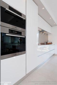 A very contemporary white kitchen - Hidden Kitchen, Cuisine Design, Luxury Kitchens, Kitchen Design, House Design, Kitchen Inspirations, Kitchen Interior, Kitchen Layout, Home Decor Furniture