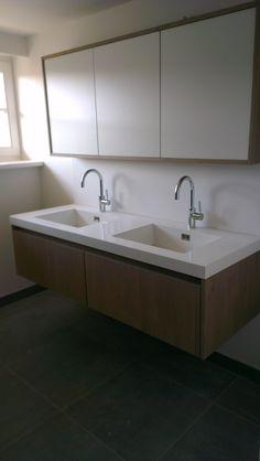 Maatwerk eiken houten badmeubel met wit composiet werkblad en wasbakken. Spiegelkast is ook op maat gemaakt.