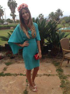 Invitada de boda de dia con vestido turquesa con capa. Alquilalo en www.lamasmona.com