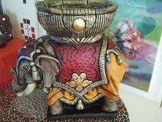 Elefante de gesso com um cesto com a profundidade de 18 cm. e largura de 25cm/21cm. R$ 150,00 Elephant Art, Mom Birthday Gift, Ganesha, Mixed Media Art, Elephants, Captain Hat, Oriental, Pottery, Handmade