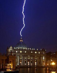 """""""E disse-lhes: Eu via Satanás, como raio, cair do céu."""" [Lucas 10:18]  O raio sobre o Vaticano horas depois de o Papa Bento XVI anunciar sua renúncia."""