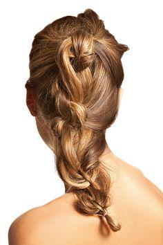 Trança de nós. Amarre metade do cabelo em um rabo alto, dê um nó e coloque um grampo. Vá adicionando mechas como em uma trança embutida, mas fazendo nós. Sempre prenda cada nó com grampos, por dentro do cabelo. Finalize amarrando a ponta com elástico.
