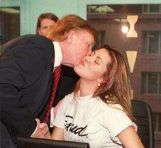 """Donald Trump animó el viernes a la gente a ver el """"video sexual"""" de la Miss Universo 1996 Alicia Machado, en un aluvión madruguero de tuits que lo distanció aun más del objetivo de sus asesores de hacerlo más aceptable para las votantes.  Al día siguiente de denunciar los amoríos del ex presidente Bill Clinton, Trump acusó al equipo de Hillary Clinton de ayudar a la venezolana Machado a obtener la ciudadanía estadounidense, aunque no ofreció prueba alguna.  Alegó que Clinton la está…"""