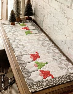 Quilted Table Runners Christmas, Patchwork Table Runner, Christmas Patchwork, Christmas Quilt Patterns, Christmas Runner, Table Runner And Placemats, Christmas Sewing, Christmas Deco, Christmas Projects