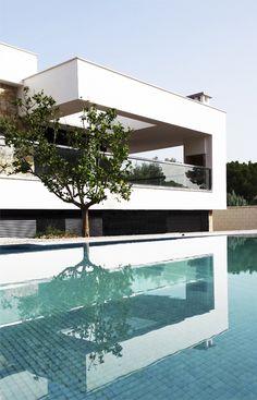 Chiralt Arquitectos I Piscina en vivienda moderna. Terraza con lucernario y vistas a piscina.