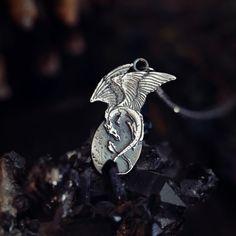Smoczy talizman z oksydowanego srebra. Wisior ze smokiem symbolizującym szczęście i bogactwo będzie idealny dla fanów fantastyki i kultury Wschodu!