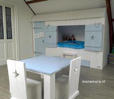 Een heerlijke bedstee in blauw en wit, met kast en speelhoek, van muramura.nl