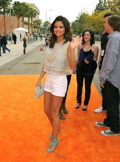 Who made Selena Gomez's blue sandals, clutch and white dress that she wore to the 2011 Kids' Choice Awards in Los Angeles? Shoes – Camilla Skovgaard Skirt and shirt – Christian Cota Purse – Lauren Merkin Estilo Selena Gomez, Selena Gomez Outfits, Selena Gomez Style, Stylish Outfits, Cute Outfits, Kids Choice Award, Choice Awards, Marie Gomez, Glamour