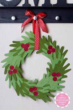 du papier vert et rouge + des petites mains + un ruban = une jolie couronne de Noël /  christmas wreath with little hands