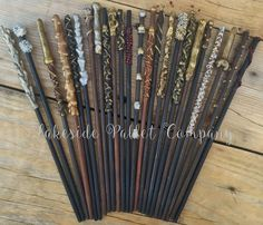 Just like Harry Potter, you can be magical with your own handmade magical wand! These are perfect for your Harry Potter or magical themed birthday party. No wand is exactly the same, so you can be sur First Harry Potter, Harry Potter Bedroom, Harry Potter Baby Shower, Harry Potter Halloween, Harry Potter Wedding, Harry Potter Wand, Harry Potter Birthday, Harry Potter Accesorios, Just Add Magic