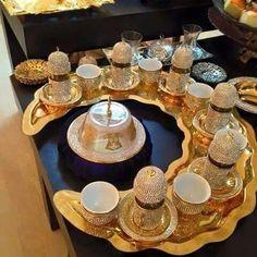 طريقة حلوة لتقديم فناجين القهوة