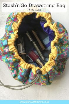 Sewing projects for beginners - Tutorial the Stash'n'Go drawstring bag – Sewing projects for beginners Sewing Hacks, Sewing Tutorials, Sewing Crafts, Sewing Tips, Makeup Bag Tutorials, Sewing Ideas, Bag Sewing Pattern, Sewing Patterns Free, Makeup Bag Pattern