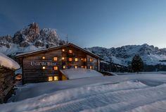 Ütia de Börz in St. Martin in Thurn: Freuen Sie sich auf einzigartige Eindrücke, ausgezeichnete Südtiroler Küche und einen abenteuerreichen Urlaub in den Dolomiten. #suedtirolreise #almgasthof Hotels, Cabin, St Martin, House Styles, Outdoor, Home Decor, Snowshoe, Winter Vacations, Skiing