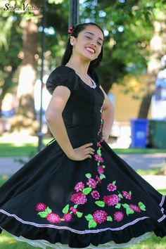Vestido negro hermoso 50 Fashion, Fashion Outfits, Womens Fashion, Vintage Dresses, Vintage Outfits, Clogs Outfit, Dance Dresses, Dress Skirt, Ball Gowns