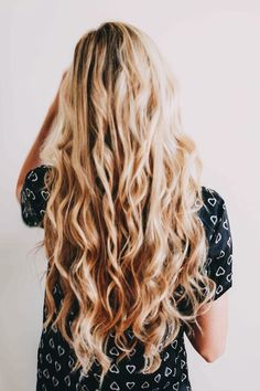 ideas hair curly balayage blondes for 2019 Messy Hairstyles, Pretty Hairstyles, Hairstyle Ideas, Blonde Hairstyles, Curly Balayage, Curls With Straightener, Barefoot Blonde, Good Hair Day, Gorgeous Hair