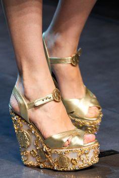 Dolce  & Gabbana ****** Una atención especial merecen las cuñas con un precioso trabajo artesano