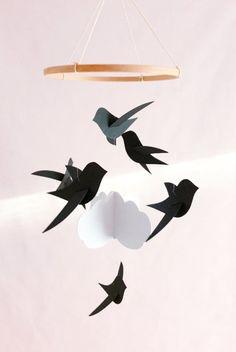 Mobile pour bébé 6 Oiseaux noirs et nuage sur cercle en bois, Décor de chambre enfant Cadeau de naissance Mobile pour berceau Mobile neutre Birth Gift, How To Get Sleep, Scandinavian Style, Decoration, Nursery Decor, Cribs, Baby Shower Gifts, Simple, Etsy