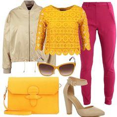 Outfit super colorato formato da un pantalone in fucsia a vita alta, una camicetta in pizzo giallo e un bomber dorato. Un décolleté con fibbia sulla caviglia color ecru opaco, una tracolla gialla e un paio di occhiali da sole dalla forma a farfalla completano il look.