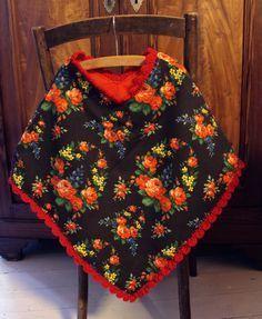 ponnekeblom: omkeerbare poncho (reversable poncho) Fleece Poncho, Poncho Shawl, Crochet Poncho, Sewing Kids Clothes, Sewing For Kids, Crochet Clothes, Sewing Ideas, Cute Dresses, Girls Dresses