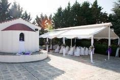 Στο παραδοσιακό εκκλησάκι της «Γέννησης της Θεοτόκου» στο κτήμα Skaras Village μπορείτε να τελέσετε τον Γάμο των Ονείρων σας με φόντο ένα μαγευτικό ηλιοβασίλεμα.