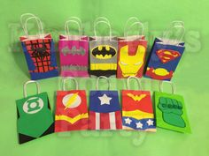 These 10 Super Hero Party Bags are perfect for your party, all the pieces are handmade of 100% foam and glued to a paper bag. The size bag is Más