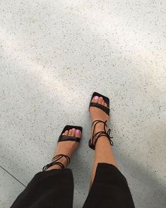 Stubby toes & pretty shoes in the metro 🐾 - FootWear Pretty Shoes, Cute Shoes, Me Too Shoes, Foto Fashion, Fashion Shoes, Fashion Women, Ski Fashion, Modest Fashion, Fashion Clothes
