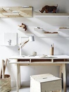 Drewniane biuko w pracowni