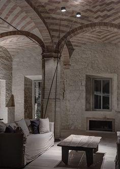 Un antico Mulino abbandonato ed il progetto di convertirlo in residenza privata. Così è iniziato il progetto di restauro nel 2009. Il complesso edilizio si presentava in pessime condizioni, numerose coperture franate, gran parte dei locali tecnici del ...