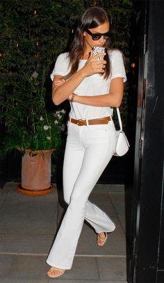 A Calça jeans branca está presente em quase todos os guarda-roupas, não é verdade?! Básica e casual, ela pode montar looks diferentes e modernos, usando um pouco a criatividade! Mulheres com coxas grossas e quadril largoou que estão acima do peso e que queiram usar a calça branca, prefira os modelos flare, reta e pantalona …