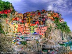 Les Cinque Terre, Italie Un ensemble de cinq villages (ici Manarola) tous bâtis sur les falaises abrupt de la côte la Riviera. Aujourd'hui encore, l'accès aux villages semble difficile