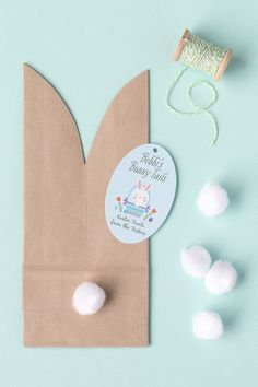 """Easy Easter """"Bunny Tail"""" Favor Bags Whether your hosting an Easter gathering this year or looking for a fun craft for the kids these cute Easter bunny goody bags are the perfect Easter DIY! Easter Birthday Party, Bunny Birthday, Birthday Gifts, Cute Easter Bunny, Hoppy Easter, Easter Eggs, Bunny Party, Bunny Tail, Diy Ostern"""