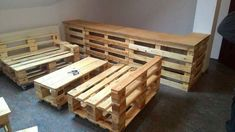 Recycled pallet bar with seating Pallet Crates, Pallet Bar, Pallet Sofa, Wood Pallets, Pallet Furniture Designs, Cafe Furniture, Wooden Pallet Furniture, Round Table And Chairs, Pallet Ceiling