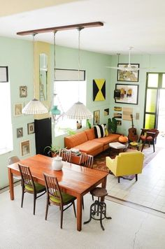 """O laranja dá o tom descontraído e vibrante para a sala de estar. Sofá, mesas laterais, pufes, futons, tapetes, almofadas e luminárias podem compor o espaço, apresentando diferentes tonalidades – ou não – do laranja. Esse """"truque"""" continua sendo uma tendência para 2017, pois favorece a elaboração de ambiente, tornando-os mais elegantes e atraentes.      #decoração #decoracao #decor #decoration #decoracion #home #homedecor #homedesign #homeinteriores #designdeinteriores…"""