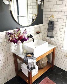 Verwenden Sie die U-Bahn-Fliese im Badezimmer salle de bain deco carrelage métro blanc gris. - Verwenden Sie die U-Bahn-Fliese im Badezimmer salle de bain deco carrelage métro blanc gris fonc - Trendy Bathroom, Bathroom Floor Tiles, New Bathroom Ideas, White Subway Tiles, Home Decor, Bathroom Vanity, Amazing Bathrooms, Bathroom Flooring, Small Bathroom Makeover
