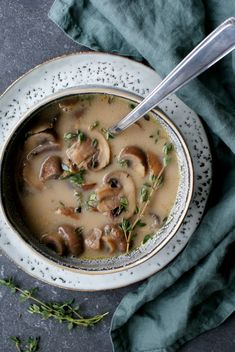 This mushroom and thyme soup is perfect for cold days! Soup Recipes, Vegan Recipes, Recipies, Creamy Mushroom Soup, Good Food, Yummy Food, Vegan Soups, Eating Habits, I Foods