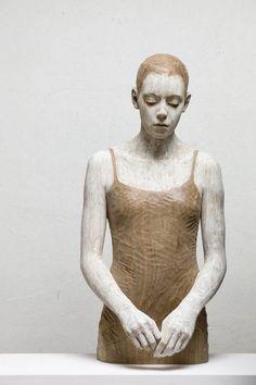 L'artiste italien Bruno Walpoth crée des sculptures d'êtres humains en bois d'un réalisme surprenant. Ayant baigné dans le milieu de l'art et plus précisém