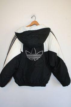Cazzo STUNNING primi anni 90 Adidas con cappuccio cappotto. Incredibile squadrata in forma. Adidas branding sul davanti e un logo Trefoil sul retro! Calda fodera trapuntata. Schema di colori di gothy dolce. Dope super duper. Marchio è Adidas. Dimensione è mezzo Mens. Si adatta come un