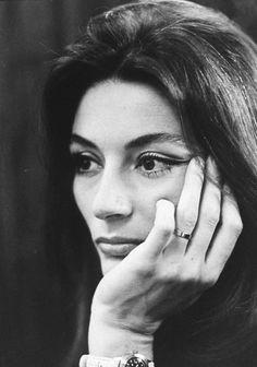 1967, le photographe Bill EPPRIDGE prend en photo la belle Anouk AIMEE à Paris, notamment avec son mari Pierre BAROUH.