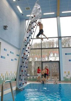 Funny pictures about Awesome Poolside Climbing Wall. Oh, and cool pics about Awesome Poolside Climbing Wall. Also, Awesome Poolside Climbing Wall photos. Inventions Sympas, Future House, My House, My Pool, Pool Fun, Cool Inventions, Future Inventions, Interior Exterior, Interior Livingroom