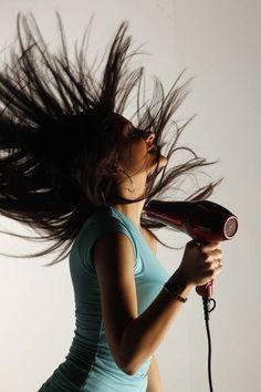 Como acabar com o frizz no inverno: quem não tem o cabelo lisinho sabe muito bem o quanto o frizz incomoda, ainda mais se os fios passaram por algum processo químico.  Durante o inverno, o cabelo fica naturalmente rebelde e isso, consequentemente, aumenta o frizz. Para cuidar das madeixas durante a temporada fria precisa ter alguns cuidados importantes que ajudarão a manter os cabelos hidratados e controlados.