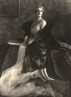Later Queen Elisabeth of Greece commissioned Cartier to incorporate five of the large cabochon emeralds into a diamond kokoshnic, using her initial 'E' as a motif between each emerald, and the tiara as we know it today was born. King George Ii, Greek Royalty, Greek Royal Family, Royal Families Of Europe, Loose Emeralds, Grand Duchess Olga, Diamond Tiara, Emerald Pendant, Portraits
