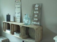 dressoir van kistjes, en zelf gemaakt tekstbord op steigerhout.