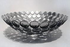 Vasija con checas reutilizadas y pintadas en plata.