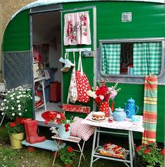 Wished I had our old camper to decorate up vintage! Hippie Vintage, Caravan Vintage, Vintage Rv, Vintage Caravans, Vintage Travel Trailers, Old Campers, Little Campers, Retro Campers, Happy Campers